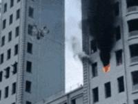Dron gaszący pożar w budynku