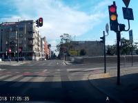 Rowerzysta, mając zielone światło, wpada pod nadjeżdżający tramwaj.