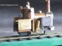 Działająca mała lokomotywa paro-gazowa