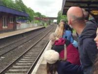 Szybki przejazd parowozu przez stację.