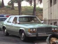 Frank Drebin prowadzi samochód