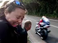 Reakcje widzów na szybko przejeżdżające motocykle