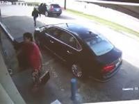 Mąż i żona walczą z rabusiem próbującym ukraść torbę z 75000$