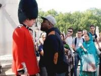Co się dzieje, kiedy wkurzysz królewskiego strażnika!