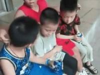 Młody azjatycki Copperfield