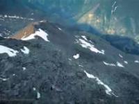 Człowiek lotopałanka wykonuje niesamowity przelot w szwajcarskich Alpach