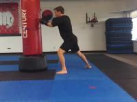 Koleś boksuje a przy okazji robi pompki