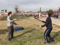Nigdy nie rozpraszaj żonglujących nożami