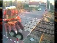 Wjechał kombajnem na przejazd kolejowy