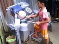 """Mały Filipińczyk gra """"Sweet child of mine"""" na improwizowanej perkusji"""