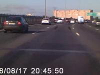 Samochód osłania motocyklistę, który przewrócił się na autostradzie