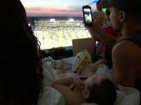 Kibice Iowa Hawkeyes pozdrawiają dzieci z pobliskiego szpitala