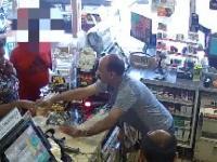 Kobieta bezczelnie wylewa kawę na ladę sklepową powodując $200 straty