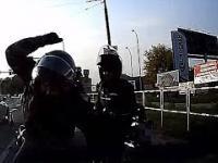 Motocyklista napada na kierowcę