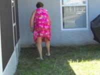 Babcia łapie węża w ogródku
