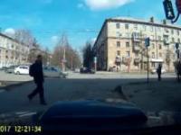 Rosja: Przechodzień próbuje naprawić sygnalizację i...