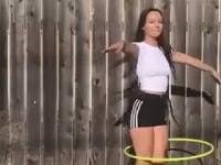 Ładnej pani niesamowite zdolności zabawy z hula-hop