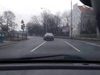 Mati dorwał Audi 80 i testuje go na ulicach Warszawy.