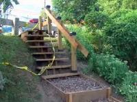 Emeryt wybudował schody w parku sto razy taniej niż planowali wydać urzędnicy