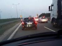 Szeryf uporczywie blokuje pas prawidłowo jadącym na S7