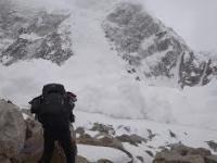 Turyści filmują lawinę, która schodzi prosto na nich.