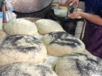 Dobra stara szkoła pieczenia chleba w piecu