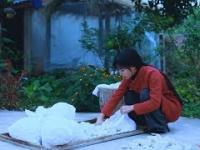 Chinka pokazuje tradycyjną produkcję jedwabiu