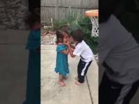 Brat pomaga małej siostrze grać w koszykówkę