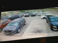 Facet siłą udowadnia, że to było jego miejsce parkingowe