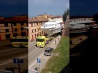 Transport dużego jachtu w mieście