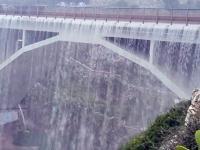 Most zamienił się w wodospad