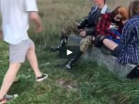 Młodociany huligan atakuje bezbronnego nastolatka