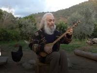 Özgür Baba i instrument strunowy wywodzący się z kultury Bliskiego Wschodu