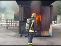 Nagranie zjawiska wstecznego ciągu płomieni (ang. backdraft)
