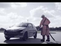 Czyszczenie samochodu myjką ciśnieniową o mocy 3000 bar.