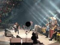Dzieciak wymiata na scenie z Foo Fighters