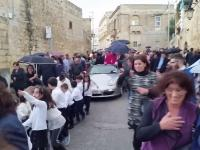 Dzieci holują Porsche Boxtera, w którym znajduje się ksiądz