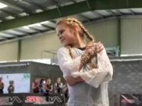 Dziesięciolatka i piękna jazda na łyżworolkach