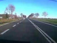 BMW X5 kończy jazdę w rowie pod ciężarówką