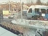 Wypadek na przejeździe w Rzeszowie. Nagranie z monitoringu