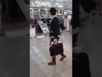 Koreańczyk niszczy maszyny lotniskowe