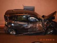 BMW wylatuje w powietrze i uderza w tunel na autostradzie