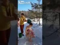 Rosyjskie mamusie kąpią swoje maleństwa