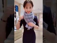 Jak wiązać szalik - szczupła Azjatka