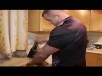 Mariusz Pudzianowski pokazuje, jak zabić karpia