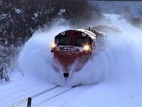 Pociągi usuwają zaspy z torów