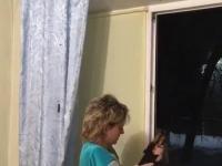 Kobieta strzela z Kałasza przez okno