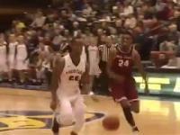 Koszykarz w niebanalny sposób skutecznie blokuje próbę rzutu przeciwnika!