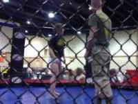 Żołnierz kontra dziewczyna w oktagonie
