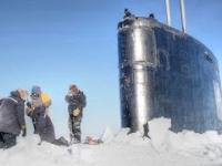 Jak okręt podwodny łamie lód